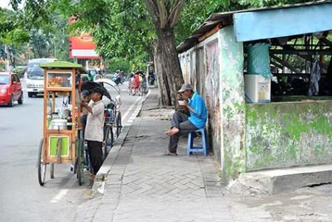 tukang bakso di depan stasiun wonokromo