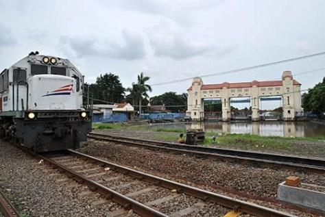 kereta Sri tanjung (relasi Lempuyangan-Banyuwangi baru) saat melintasi jembatan di sebelah pintu air jagir