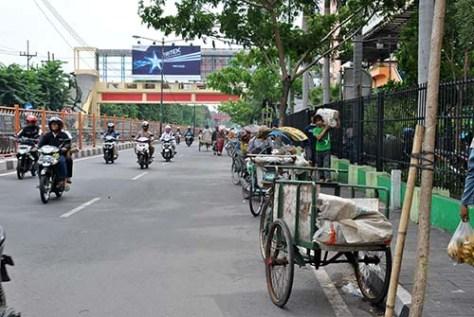 di depan pasar Wonokromo, di seberang satsiun